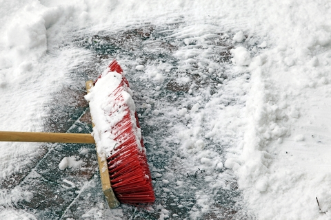 broom_with_snow